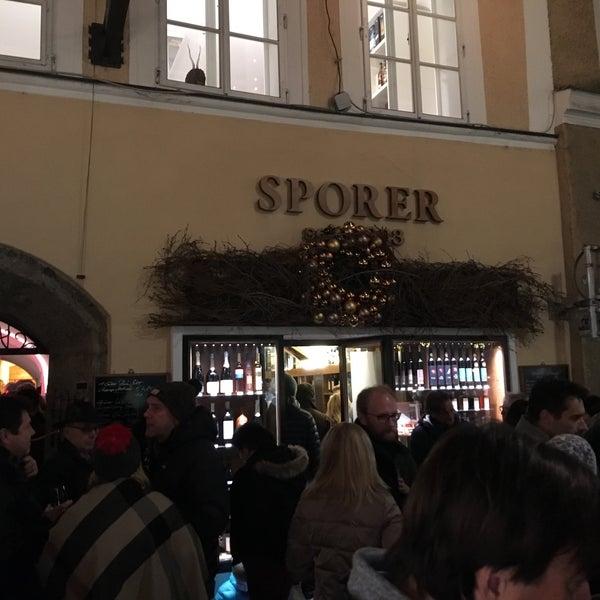 Selbstgemachte Schnäpse, Punsch, Liköre - dafür ist Sporer bekannt. Auch gute Weine oder ein Bier. Eine Institution in Salzburg. Superfreundlicher Service. Direkt in der Getreidegasse in Salzburg.