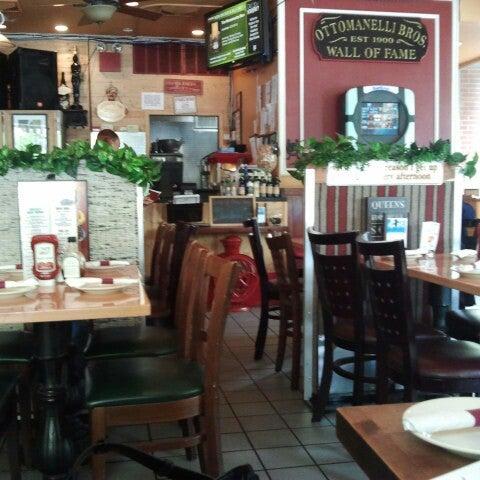 Foto diambil di Ottomanelli's Wine & Burger Bar oleh Solange G. pada 5/14/2014