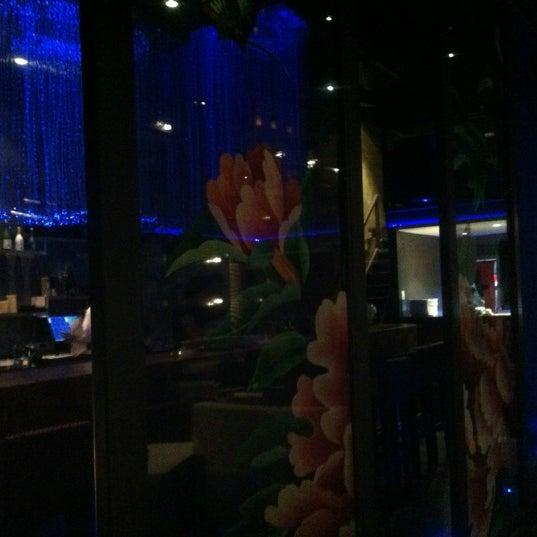 Photo prise au HaChi Restaurant & Lounge par Richard B. le11/28/2012
