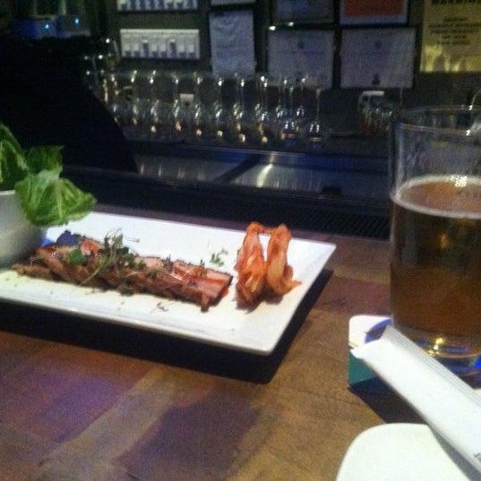 Photo prise au HaChi Restaurant & Lounge par Richard B. le12/19/2012