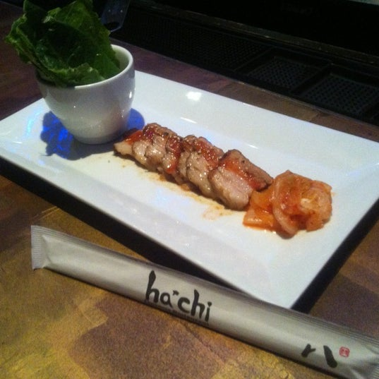 Photo prise au HaChi Restaurant & Lounge par Richard B. le12/6/2012