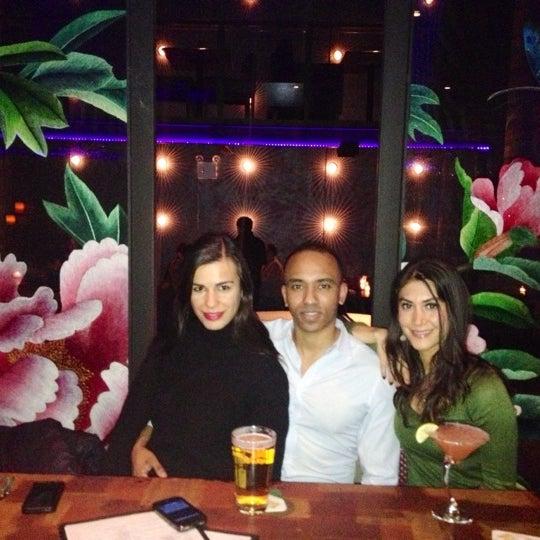 Photo prise au HaChi Restaurant & Lounge par Richard B. le12/30/2012