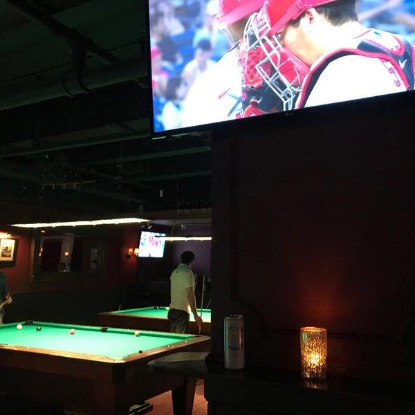 Foto tomada en Society Billiards + Bar por Gia O. el 7/1/2021