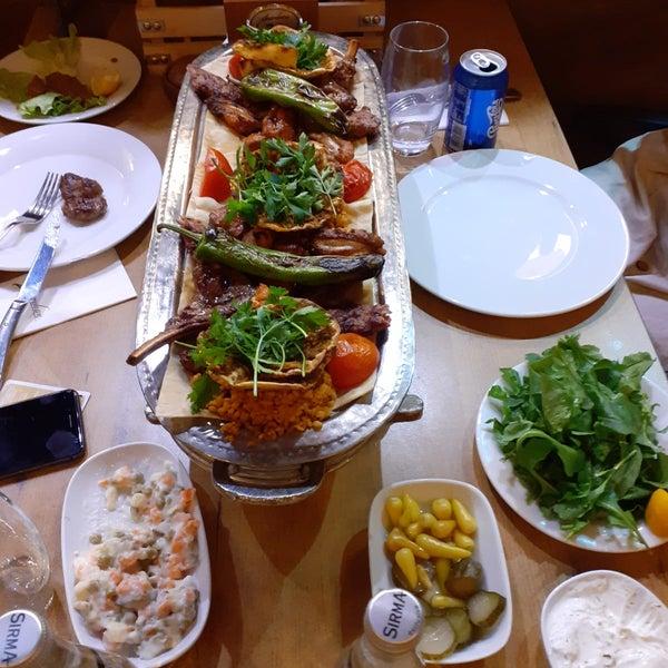 Ortam çok şık ve keyifli. Dekorasyon muhteşem, yemekler lezzetli. Masaya oturur oturmaz gelen ve ikram olan salatanın sosuna bayıldık. Kesinlikle tavsiye ediyorum.