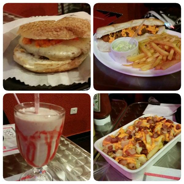 A foto tem respectivamente: Vegetariano Burger, Top Chili Dog (bem generoso e saboroso), Frapê de frutas vermelhas (divino) e a Batata Frita Dog & Burger (bom, acho q ficaria melhor c mais cobertura)