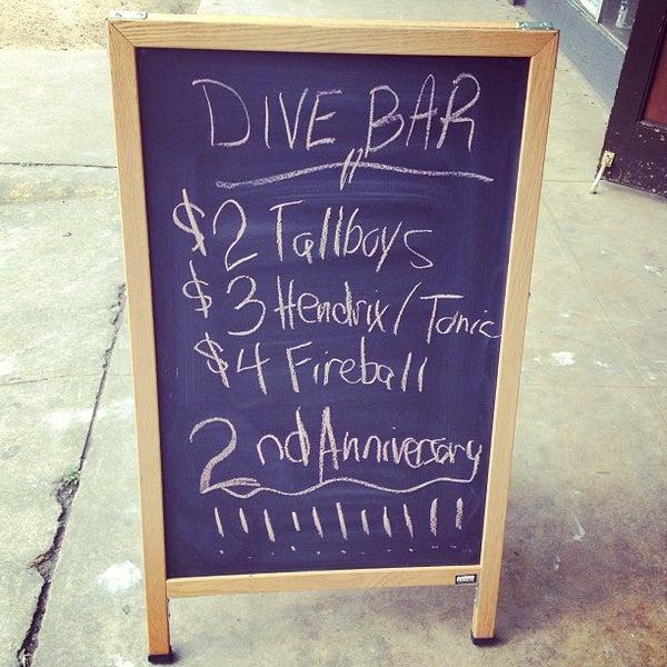 Das Foto wurde bei Dive Bar & Lounge von Jonny E. am 5/10/2013 aufgenommen