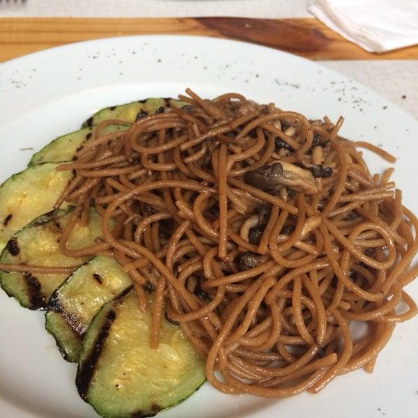 Bom para um almoço leve e gostoso. A massa integral com shimeji, shoyo e saquê estava uma delícia.