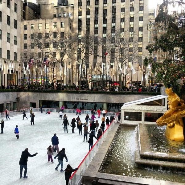 Das Foto wurde bei The Rink at Rockefeller Center von Kamarul A. am 1/3/2013 aufgenommen