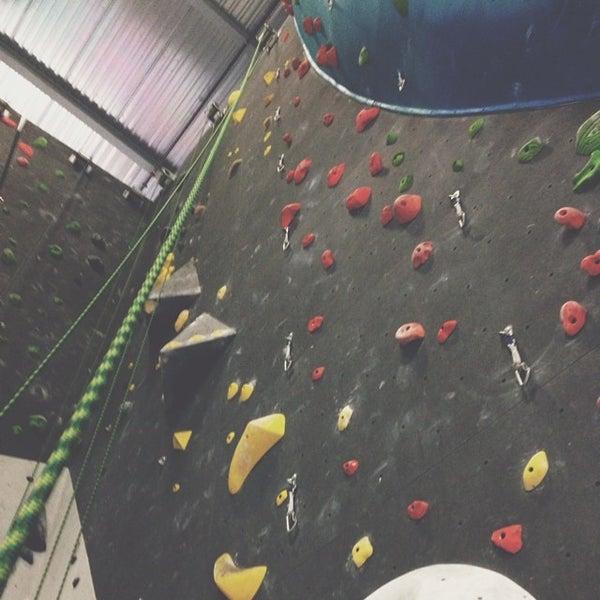 Foto tomada en Sender One Climbing, Yoga and Fitness por Kevin L. el 7/19/2014