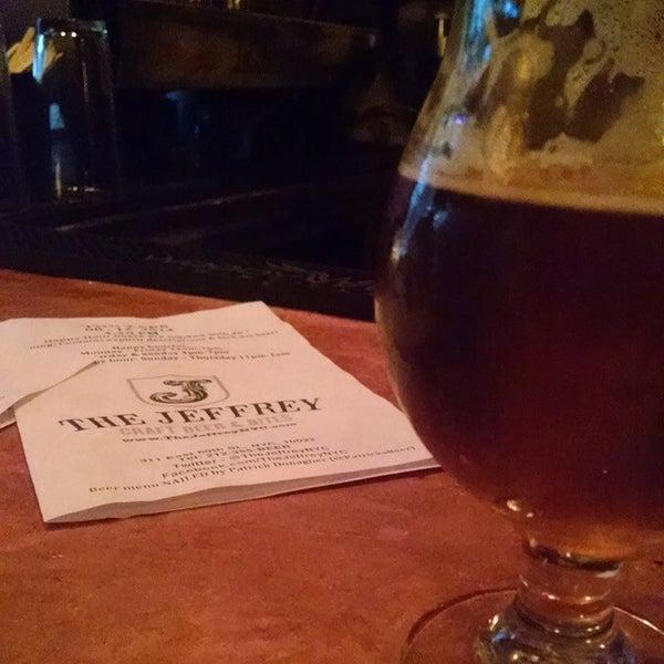 Foto tomada en The Jeffrey Craft Beer & Bites por Alex Paulo L. el 8/12/2014