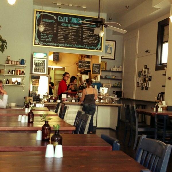Das Foto wurde bei Cafe St. Jorge von Pedro V. am 7/13/2013 aufgenommen