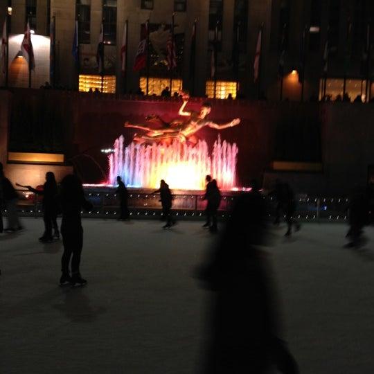 Das Foto wurde bei The Rink at Rockefeller Center von L J. am 11/11/2012 aufgenommen