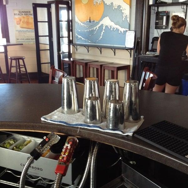 Foto tomada en Cabanas Beach Bar and Grill por Cape Couriers el 7/15/2013