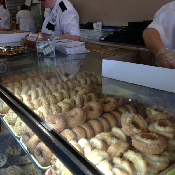 รูปภาพถ่ายที่ Cops & Doughnuts Bakery โดย JDH เมื่อ 8/10/2013