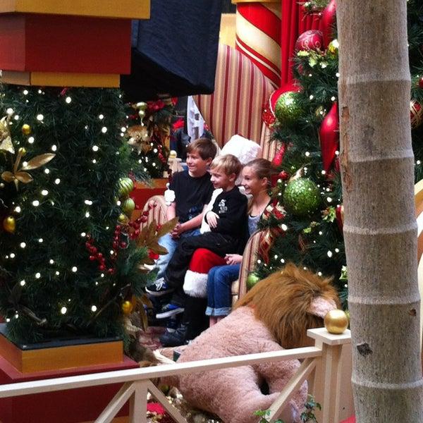 Foto tomada en Hillsdale Shopping Center por Eric C. el 12/24/2012