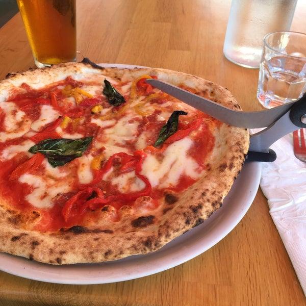 Foto scattata a Menomalé Pizza Napoletana da Alex O. il 8/8/2015
