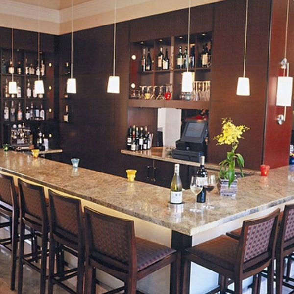 Foto tirada no(a) Nine-Ten Restaurant and Bar por Nine-Ten Restaurant and Bar em 4/9/2014