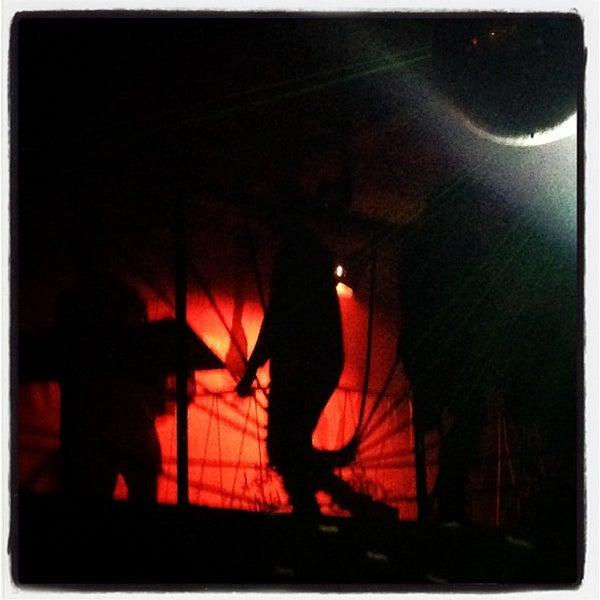 Foto scattata a Glasslands Gallery da Erik D. il 12/16/2012
