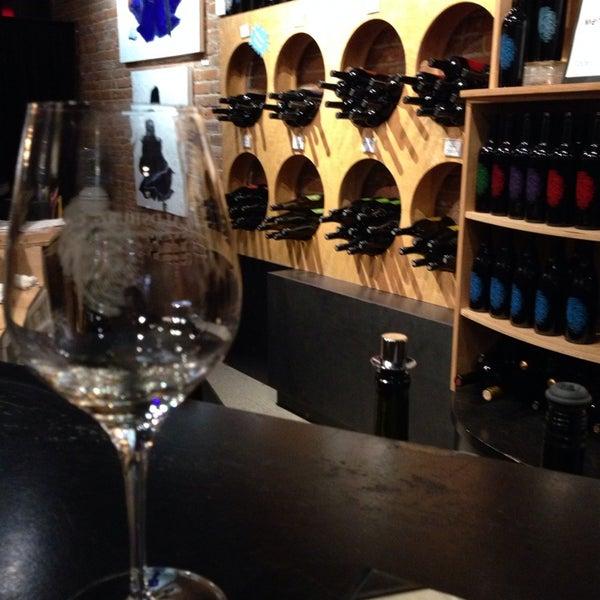 11/12/2013 tarihinde Kara L.ziyaretçi tarafından Thumbprint Cellars Tasting Room & Art Gallery'de çekilen fotoğraf