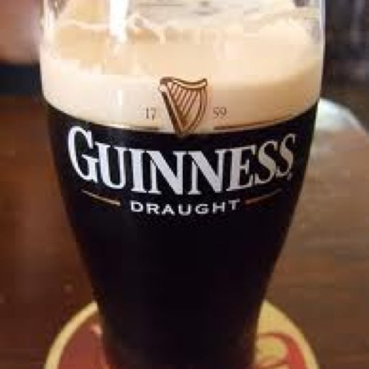 Foto tirada no(a) Tigin Irish Pub por Lisa O. em 3/19/2011