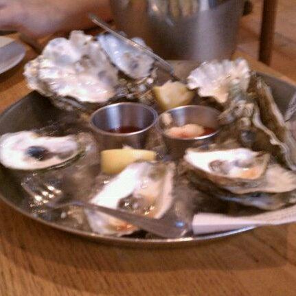 Foto scattata a Hank's Oyster Bar da Eileen J. il 9/4/2011