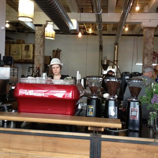 Das Foto wurde bei Brooklyn Roasting Company von Sonny V. am 4/27/2012 aufgenommen