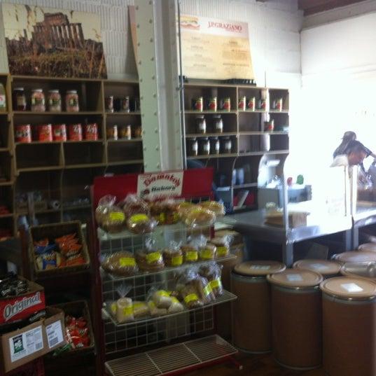 รูปภาพถ่ายที่ J.P. Graziano Grocery โดย Rashad S. เมื่อ 6/9/2012