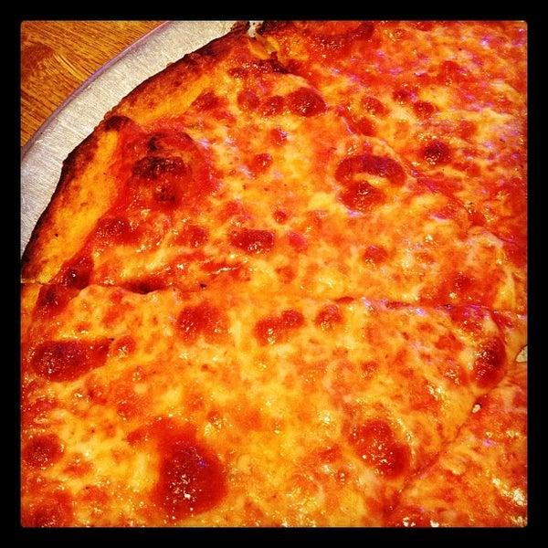 รูปภาพถ่ายที่ Star Tavern Pizzeria โดย Seth W. เมื่อ 2/8/2012