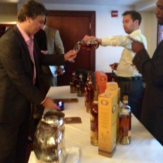 Das Foto wurde bei Beacon Restaurant & Bar von NYC Sidewalker am 6/21/2012 aufgenommen