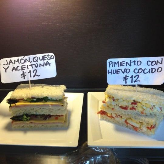 Sandwiches de pan de miga deliciosos  Huevo cocido y morrón, jamón queso y aceituna