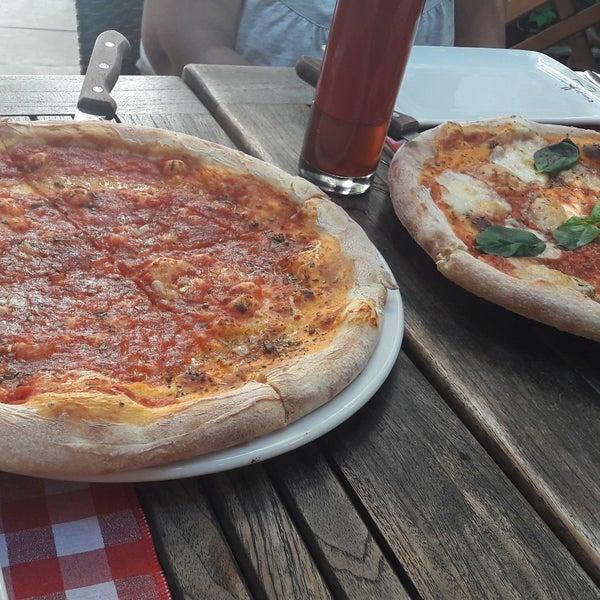 Das Foto wurde bei Il Vicino Pizzeria von Gül Ü. am 9/26/2017 aufgenommen