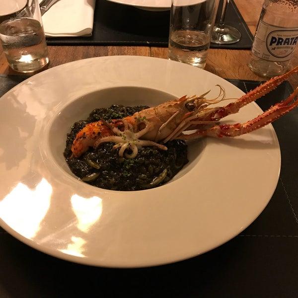 O arroz negro é puxado no alho, simplesmente delicioso
