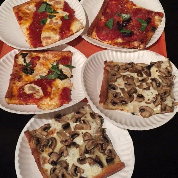 Foto tirada no(a) Nonna's L.E.S. Pizzeria por Danielle M. em 11/22/2015