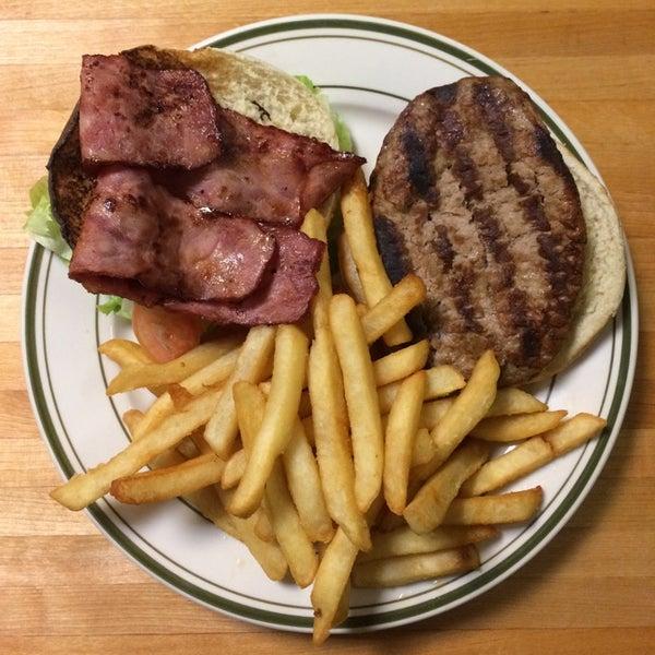 Das Foto wurde bei Squire's Diner von Squires Diner am 9/27/2014 aufgenommen