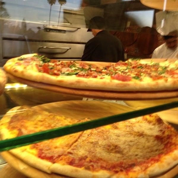 Foto diambil di Pizza on Pearl oleh Babak J. pada 8/1/2013