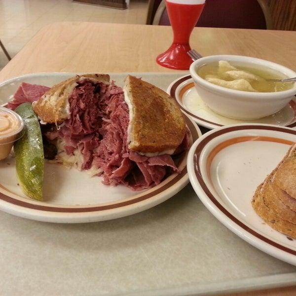 Foto diambil di Manny's Cafeteria & Delicatessen oleh David Y. pada 2/16/2015