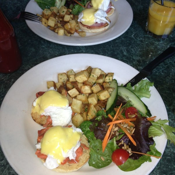 Foto diambil di Subeez Cafe Restaurant Bar oleh Jess S. pada 7/21/2013