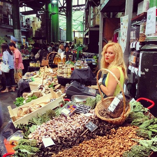 Foto tirada no(a) Borough Market por Tomy W. em 7/21/2013