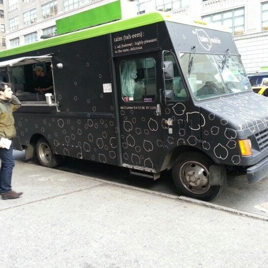 11/16/2012 tarihinde Mariel S.ziyaretçi tarafından Taïm Mobile Falafel & Smoothie Truck'de çekilen fotoğraf