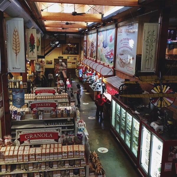 รูปภาพถ่ายที่ Bob's Red Mill Whole Grain Store โดย Adley เมื่อ 9/11/2017
