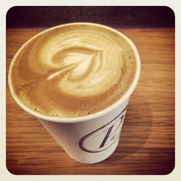 Foto tomada en Ports Coffee & Tea Co. por Neema N. el 9/22/2012