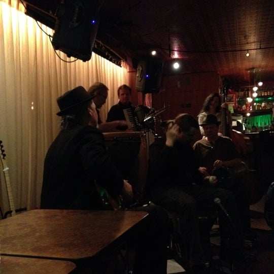 รูปภาพถ่ายที่ Tea Zone & Camellia Lounge โดย Whit S. เมื่อ 4/1/2012