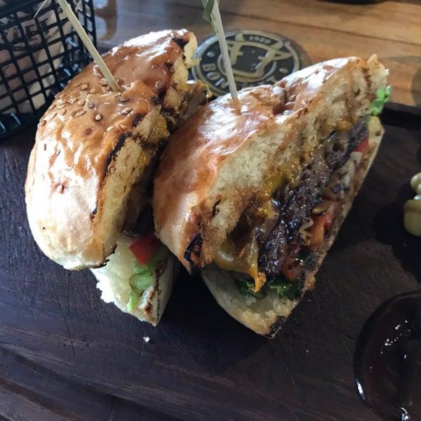 Ben hamburger denedim. Kasap Burger gayet lezzetli tavsiye ederim. Mekana özenilmiş ve ciddi yatırım yapılmış. Biraz şık olduğundan fiyatlara da yansımış. Bir sanayi bölgesine göre yüksek ₺₺₺/₺₺₺₺ 😊