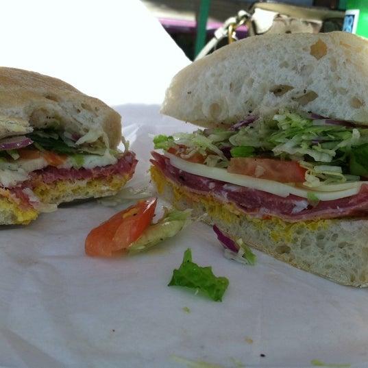 Das Foto wurde bei Mona Lisa Italian Restaurant von Tarryn M. am 9/25/2012 aufgenommen
