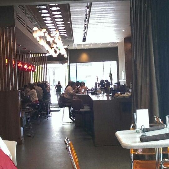 Foto diambil di The Corner Office Restaurant & Martini Bar oleh Steven R. pada 7/20/2013