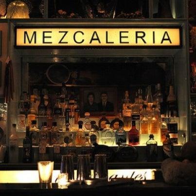 Самая мексиканская точка города, где можно выбрать напиток любой вкус. Основа барного меню — коктейли из мескаля и текилы, которые подают с мексиканской солью.