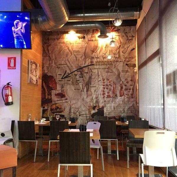 Local pequeño mejor hacer reserva si no es muy probable que no tengáis mesa. Menús 14,50 con entrante hamburguesa postre y bebida. Todo buenísimo!!!!! 👍👍👍