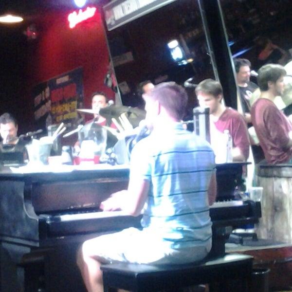Das Foto wurde bei Shout House Dueling Pianos von Melissa J. am 7/20/2013 aufgenommen