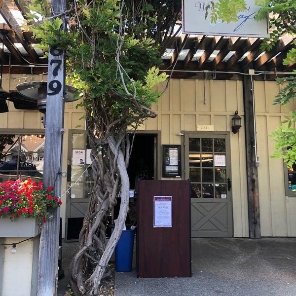 Foto scattata a Los Olivos Wine Merchant Cafe da Kim A. il 9/4/2020