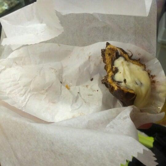 Foto tomada en LaGuli Pastry Shop por Patrick H. el 10/21/2012